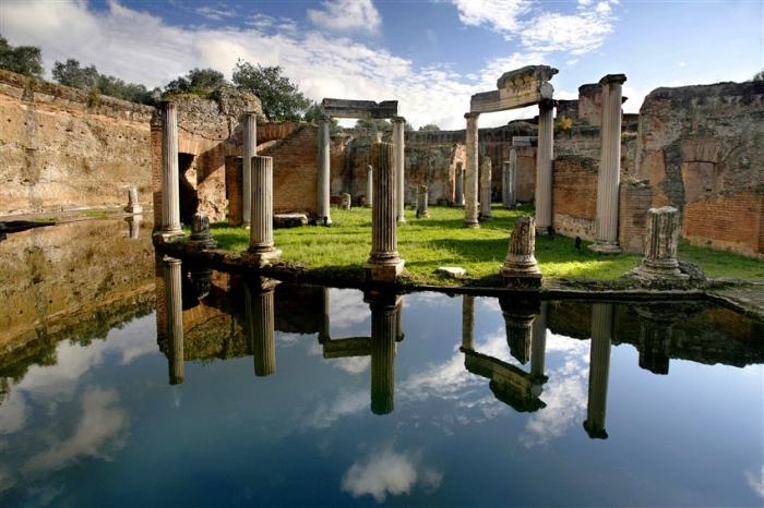 Hadrian's Villa Pond:Columns